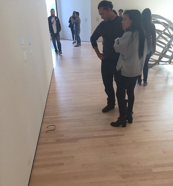 Ngã ngửa với sự thật đằng sau cặp kính nghệ thuật trong bảo tàng được mọi người chụp ảnh rần rần