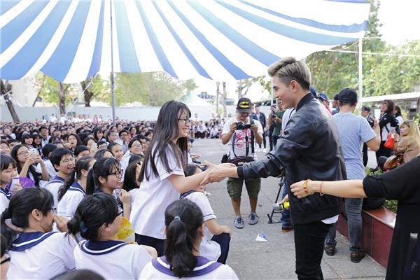 Học sinh các trường phấn khích khi tham gia các trò chơi của chương trình. - Tin sao Viet - Tin tuc sao Viet - Scandal sao Viet - Tin tuc cua Sao - Tin cua Sao