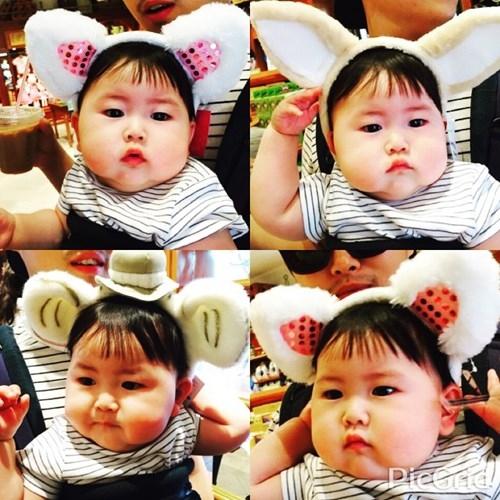 """Theo tìm hiểu, em bé gây sốt này tên Jo Lee Soo, sinh ngày 5/9/2014. Hai phá phúng phính, vẻ ngoài bụ bẫm của bé Jo Lee Soo khiến dân mạng rất thích thú và nhiều người đặt cho biệt danh """"Em bé mặt bánh bao""""."""