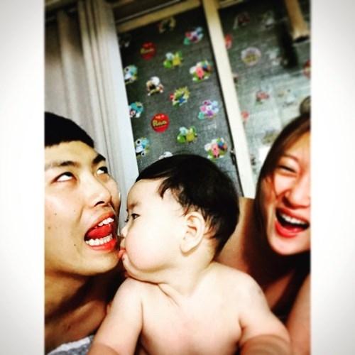 Trên Instagram còn có khá nhiều bức ảnh khác chụp lại những khoảnh khắc đáng yêu, lúc chơi đùa của Jo Lee Soo với bố mẹ. Ngoài em bé kháu khỉnh, dân mạng cũng để ý tới cặp vợ chồng trẻ vui tính và có ngoại hình cũng khá ưa nhìn.