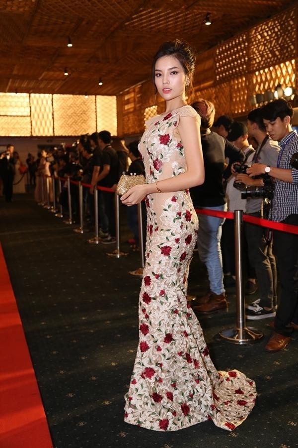 Sau sự cố lộ hàng trong họp báo Hoa hậu Việt Nam,Kỳ Duyên xuất hiện rạng rỡ trên thảm đỏ. Người đẹp nổi bật vớichiếcváy họa tiếthoa hồng thướt tha - Tin sao Viet - Tin tuc sao Viet - Scandal sao Viet - Tin tuc cua Sao - Tin cua Sao