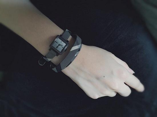 Ngoài ra, hot girl Hà Thành còn sở hữu chiếc đồng hồ có thiết kế khá ấn tượng từ một thương hiệu nổi tiếng toàn cầuvới giá trị gần một ngàn đô-la Mĩ. - Tin sao Viet - Tin tuc sao Viet - Scandal sao Viet - Tin tuc cua Sao - Tin cua Sao
