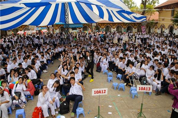 """Màn chụp ảnh """"khủng"""" với toàn bộ học sinh trường THPT Marie Curie của ca sĩ Minh Xù."""