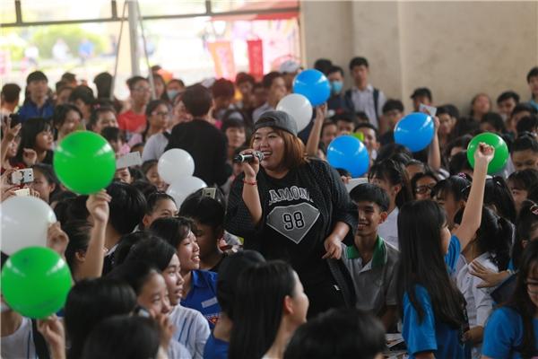 Ca sĩ Phương Anh Idol hát cực sung cùng teen các trường.
