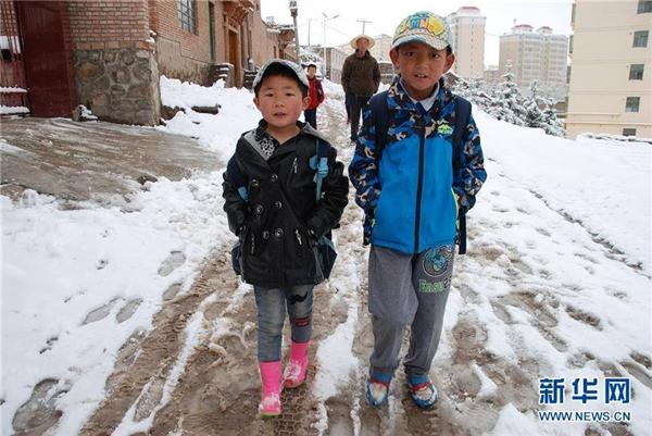 Quả là hiện tượng thiên nhiên thú vị khi được nghịch tuyết giữa mùa hè oi ả. (Ảnh: Tân Hoa Xã)