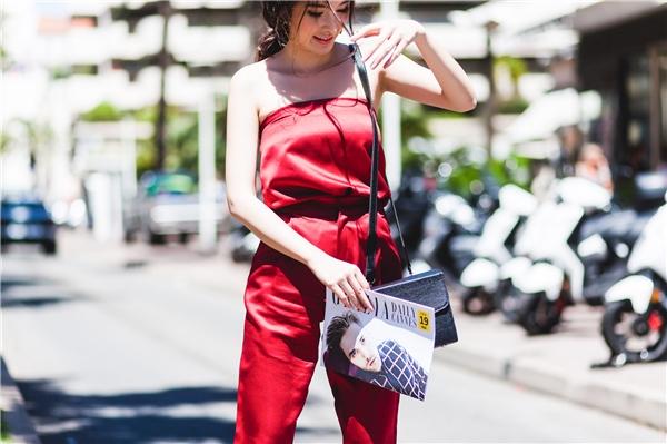 Diện jumpsuits, váy suông đỏ rực bắt mắt giữa trời tây, khéo chọn gam màu nóng nhằm tôn lên làn da trắng cùng nét đẹp thuần Việt, cô nhanh chóng thu hút ánh nhìn của những người xung quanh.