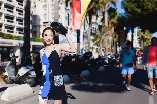 Trẻ trung trong chiếc váy yếm cách điệu mang những hoạ tiết lạ mắt, đường cắt may tinh tế và kết thúc bằng đôi sneaker trắng đã giúp Angela Phương Trinh hoàn thiện gout thời trang năng động của mình.