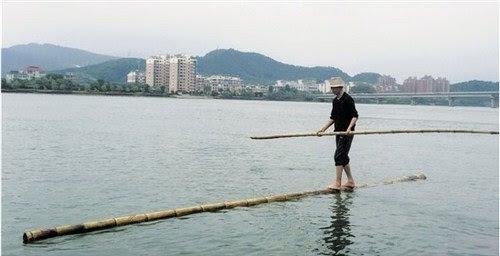 Thân tre ông Phương vẫn dùng để đứng lên chỉ dài khoảng 7m, ngoài ra ông còn dùng một thân tre khác để làm mái chèo. Tốc độ bình thường của ông là vào khoảng 30-50m/phút.