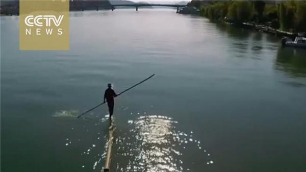 Cảnh tượng ông Phương vượt sông đã được đăng tải lên truyền hình Trung Quốc.