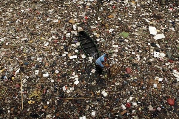 Không còn ai nhận ra dòng sông ở Jakarta, Indonesia, dưới lớp chai lọ lềnh bềnh này nữa.