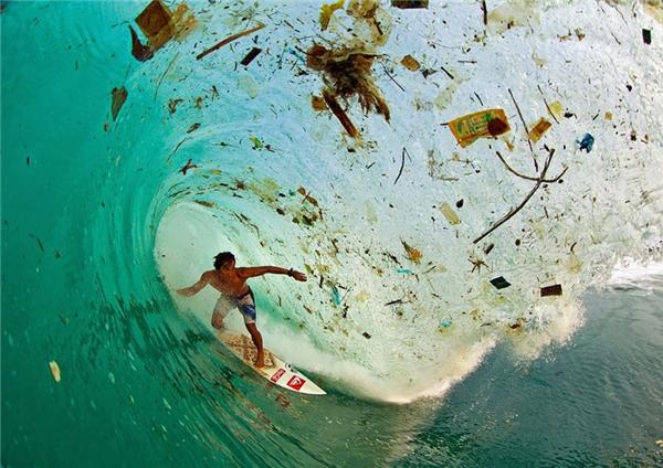 Người dân vẫn còn có thể vô tư lướt ván giữa cơn sóng rác ở đảo Java, hòn đảo bị ô nhiễm nặng nhất thế giới, Indonesia.