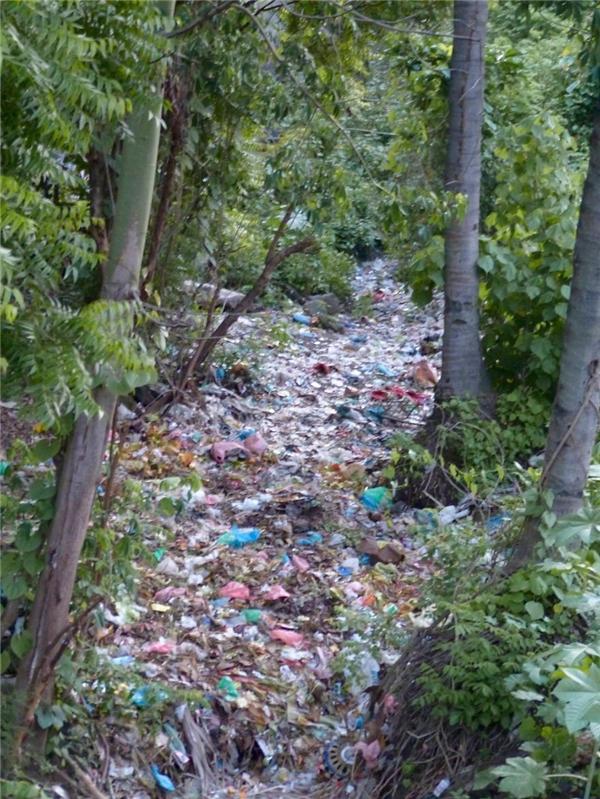 Một dòng sông cạn ở Bắc Bali ngập đầy rác thải và mỗi khi mưa xuống thì chúng sẽ thi nhau trôi ra biển.