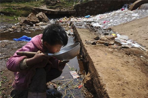 Người dân ở Phú Nguyên, Vân Nam, Trung Quốc, nhất là trẻ nhỏ, phải chịu cảnh uống nước bẩn mỗi ngày từ dòng sông rác.