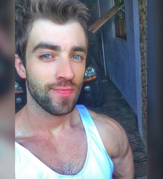Anh chàng phi công siêu đẹp trai với body 6 múi đang làm dậy sóng Instagram