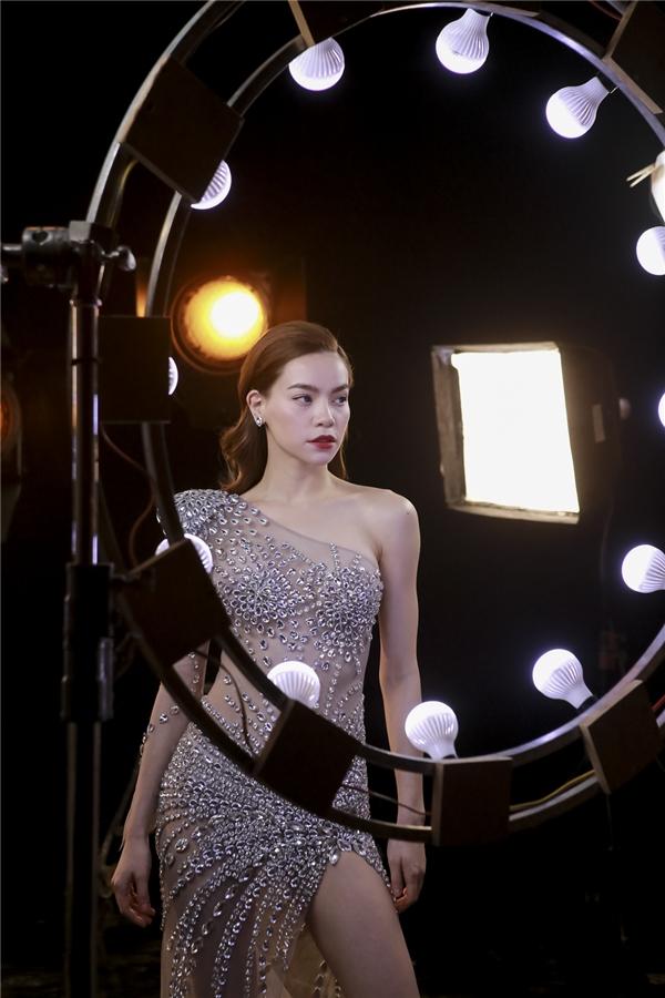 Hồ Ngọc Hà diện thiết kế xuyên thấu với cấu trúc lệch vai, xẻ tà. Đá quý, cườm, ngọc trai được sử dụng làm điểm nhấn cho bộ váy.