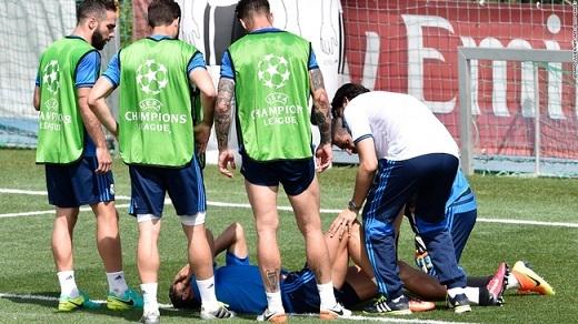 Ronaldo bất ngờ dính chấn thương đùi.