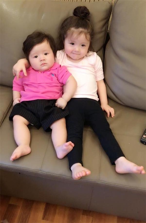 Hai bé được sinh cách nhau một năm nên không có sự chênh lệch nhiều về tuổi. - Tin sao Viet - Tin tuc sao Viet - Scandal sao Viet - Tin tuc cua Sao - Tin cua Sao