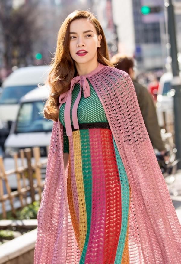 Bên cạnh đó, có ý kiến cho rằng chính tông trang điểm hiện đại khiến trang phục đi một nơi, người lại một nẻo. Được biết, bộ váy có giá 82 triệu đồng, chiếc áo khoác giá 51 triệu đồng.