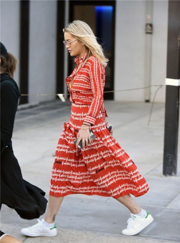 Cách đây không lâu, cùng diện một thiết kế tương tự với Beyonce và Rita Ora, Hồ Ngọc Hà vẫn được đánh giá cao nhờ công thức phối trang phục, phụ kiện tông xuyệt tông.