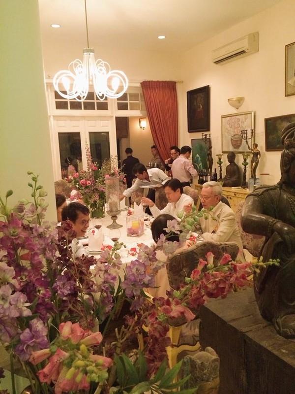 Các khách mời dùng bữa tối thân mật trong không gian ấm cúng. - Tin sao Viet - Tin tuc sao Viet - Scandal sao Viet - Tin tuc cua Sao - Tin cua Sao
