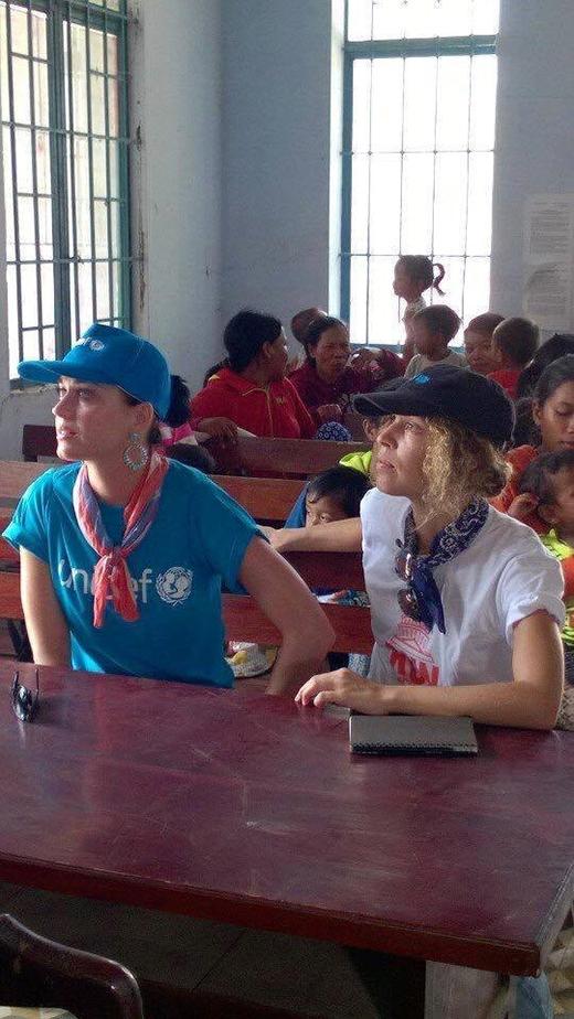 Đây cũng là hình ảnh thường thấy của Katy Perry trong những chuyến thiện nguyện cô từng tham gia trước đây tại các quốc gia Châu Phi.