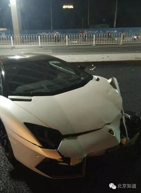 Lý Dịch Phong lái xe gây tai nạn, siêu xe triệu đô bị đâm nát đầu