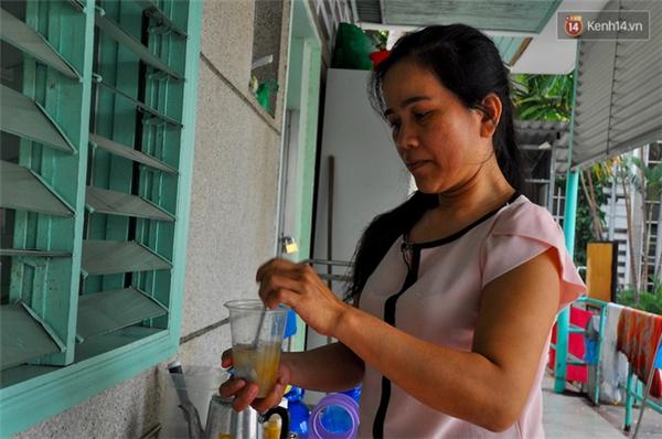 Chị Nguyễn Thị Mãnh chăm sóc con trai suốt 7 năm qua.