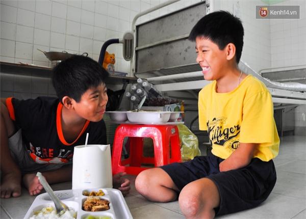 Cả hai anh em rất thương nhau nên đến bữa cơm là thường trêu đùa rất tình cảm.