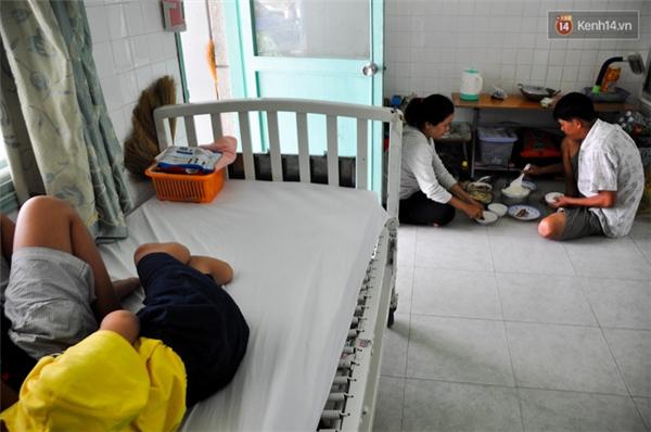 Đến khi chăm sóc các con đầy đủ, vợ chồng chị Mãnh và anh Nguyễn Văn Lập (42 tuổi, cha của Lâm và Huy) mới dùng cơm trưa. Anh Lập đang làm mướn ở quê nhà để nuôi con gái đầu ăn học nên thỉnh thoảng anh mới xuống Sài Gòn thăm vợ con.