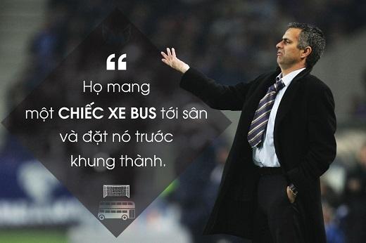 """Mourinho chỉ trích phong cách thi đấu tử thủ của Tottenham khi Chelsea bị Spurs cầm hòa hồi tháng 9/2004.Tuy nhiên, nhà cầm quân người Bồ Đào Nha sau đónổi tiếngvới chiến thuật """"dựng xe bus hai tầng trước khung thành""""."""