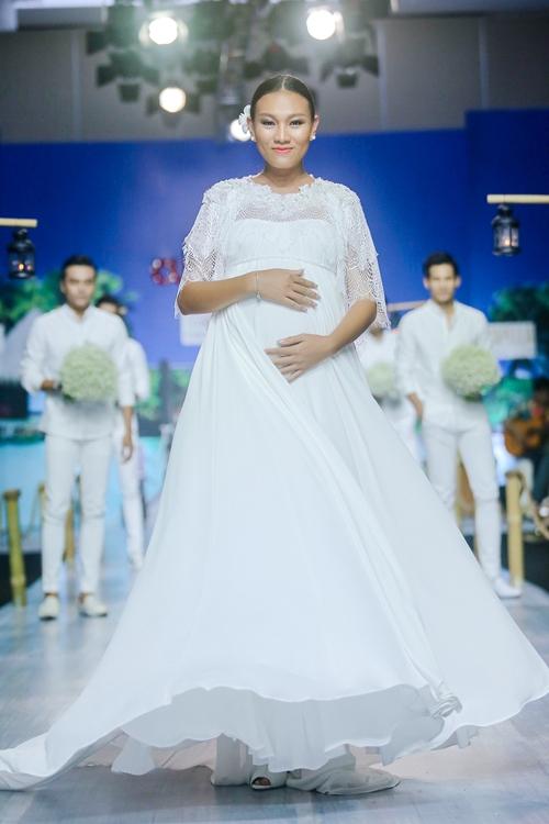 Cách đây không lâu, Diệu Huyền tham gia trình diễn với vị trí vedette khi đang mang bầu ở tháng thứ 8. Nữ người mẫu diện váy trắng với phom rộng kết hợp áo choàng bằng ren bên trên. Dù sắc vóc trông khá nặng nề nhưng cô vẫn tươi cười rạng rỡ khi sải bước trên sàn diễn.