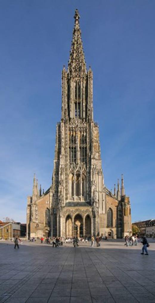 Theo sách kỉlục Guinness, nhà thờ Ulm Münster sở hữu ngọn tháp cao nhất thế giới. Nhà thờ Công giáo này tọa lạc tại thành phố Ulm bang Baden-Württemberg, Đức. Trước thế kỷ 20, Ulm Münster là tòa nhà cao thứ 4 thế giới với chiều cao 161,5m.