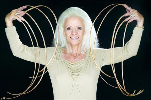 Bà Lee Redmond từng là người sở hữu bộ móng tay dài nhất (1m) cho đến khi bà bị gãy toàn bộ móng tay đó do gặp phải tai nạn giao thông năm 2009.