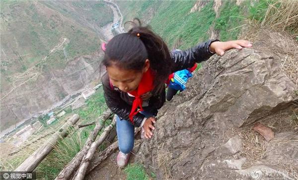 Để đi học, phải leo qua... 17 chiếc thang dây trên vách núi dựng đứng
