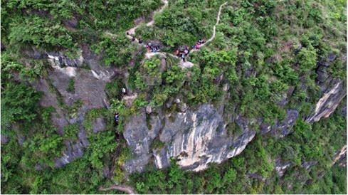 Dù vô cùng nguy hiểm, cũng nhiều người đã mất mạng trên con đường này, nhưng các em và người dân trong thôn vẫn cố gắng để đến trường học chữ. (Ảnh: news.ifeng.com)