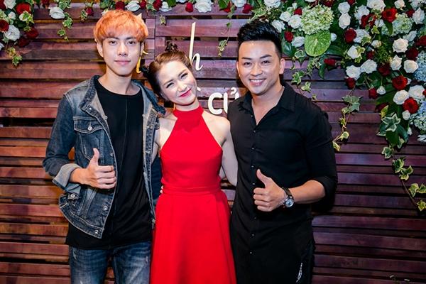 """""""Ông bầu"""" nhóm La Thăng - nam ca sĩ Minh Tuấn đến chúc mừng người em đồng nghiệp dễ thương."""