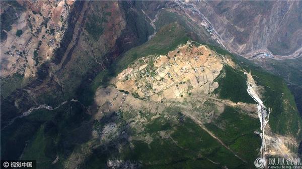 """""""Thôn cheo leo"""" với 72 hộ dân sống trên đỉnh núi cao 800m. (Ảnh: news-ifeng.com)"""