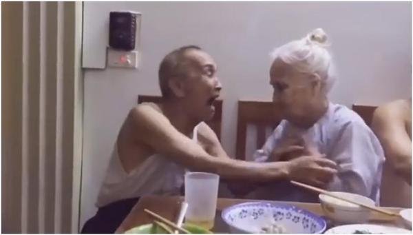 Hai ông bà đùa giỡn nhau trong bữa cơm gia đình vô cùng vui vẻ. (Ảnh: Cắt clip)