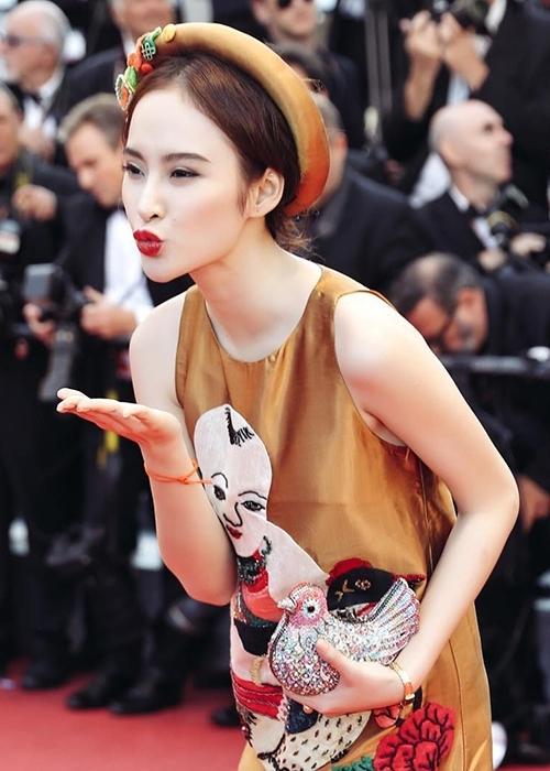 """Sau Lý Nhã Kỳ, Angela Phương Trinh nối gót đàn chị trở thành tâm điểm của truyền thông nước nhà khi xuất hiện trên thảm đỏ Cannes 2016. Ngay ngày đầu, mặc dù bị nhầm lẫn với cựu Hoa hậu Malaysia - Dương Tử Quỳnh nhưng hình ảnh của mĩ nhân 9X đã được xuất hiện trên hàng loạt trang báo danh tiếng của thế giới. Đặc biệt, Phương Trinh còn may mắn có được 8s """"tung hoành"""" trên thảm đỏ trong khoảnh khắc giao ban giữa hai đoàn phim. Vì thế, những khung ảnh của cô trông không hề kém cạnh các ngôi sao hàng đầu thế giới."""