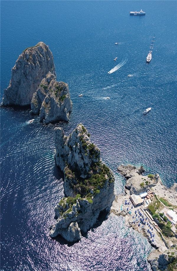Dãy núi đá nổi tiếng Faraglioni vùng Địa Trung Hải, Capri, Italy.