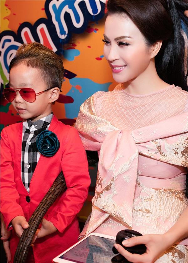 Nữgiám khảo đãthay khánhiều trang phục nhưáo dài của nhà thiết kế Thuận Việt,đầm của nhà thiết kế Phương My.