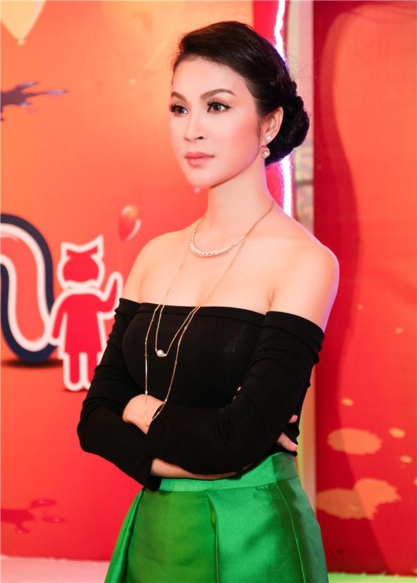 Với vai trò giám khảo Siêu mẫu nhí cho các em nhỏ tạiTPHCM, MC Thanh Mai xuất hiện trong nhiều trang phục trẻ trungnhưng vẫn tôn lên nétgợi cảm, sang trọng.