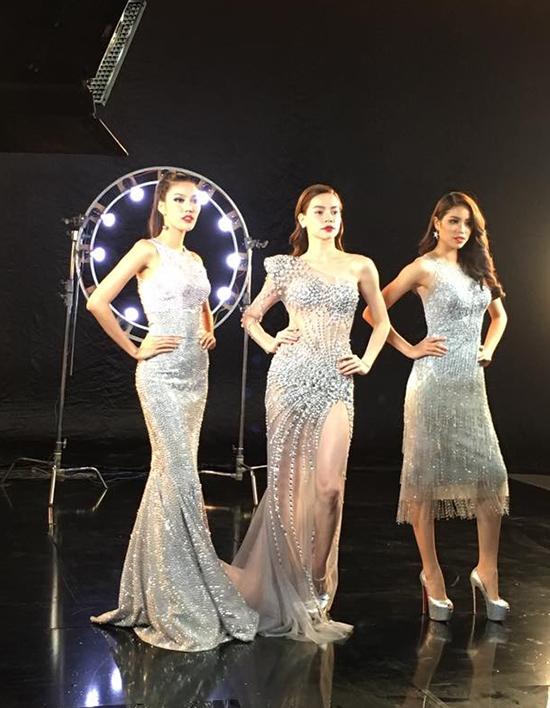Sắc bạc ánh kim cùng chất liệu xuyên thấu, sequins giúp Hà Hồ, Phạm Hương, Lan Khuê lộng lẫy như những nữ hoàng. Phạm Hương lại một lần nữa chọn tạo hình khác biệt khi diện váy lửng hai dây với điểm nhấn là những đường tua rua mềm mại.
