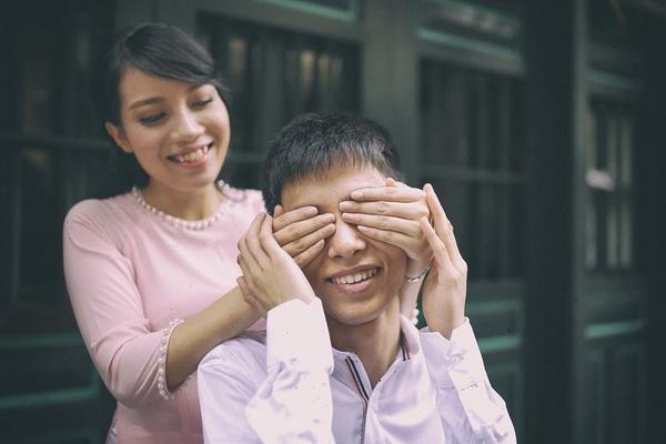 Vân Anh không chỉ là người yêu, cô còn là đôi mắt thứ hai của Đạt.
