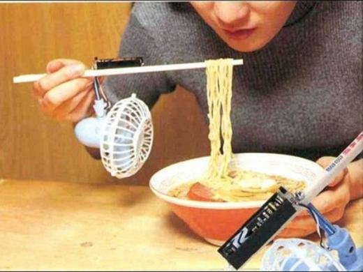 Nói chung thì có ai mà thích ăn nóng quá đâu, thành ra phải phát minh ra quạt và đũa chuyên dụng khi ăn mì đây này!