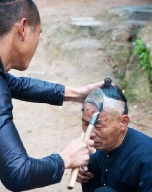 Chả lẽ, ở nơi này, người ta chưa bán kéo cắt tóc nên phải dùng thứ chuyên dụng như vầy để tạo kiểu?