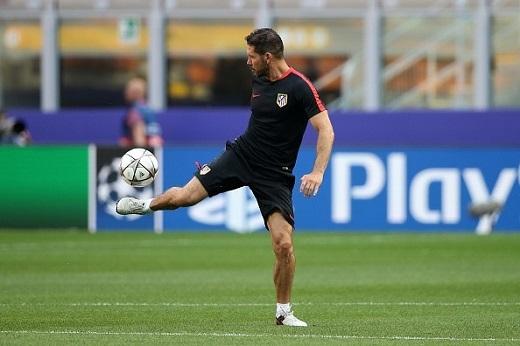 HLV Simeone trổ tài điều khiển trái bóng trong buổi tập của Atletico. Ông vẫn giữ được phom người cực chuẩn. Ảnh: Getty.