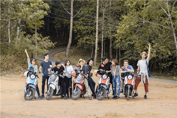 10 bạn trẻ còn chuẩn bị được đạo cụ là 5 chiếc xe giống nhau, khiến bức hình càng thêm phần thu hút và ấn tượng. (Ảnh: NVCC)