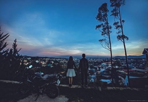 Bức hình của một cặp đôi chụp tại Đà Lạt. Với khung cảnh hoàng hôn, đứng nhìn thành phố từ trên cao cùng bộ đồ da siêu ngầu.(Ảnh: Internet)
