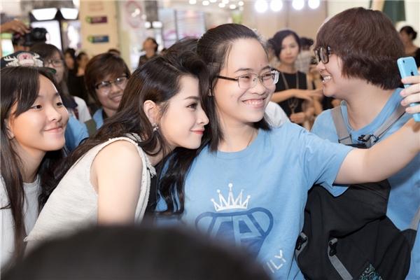 Nữ diễn viên phim Yêunhiệt tình selfie cùng các fans . - Tin sao Viet - Tin tuc sao Viet - Scandal sao Viet - Tin tuc cua Sao - Tin cua Sao